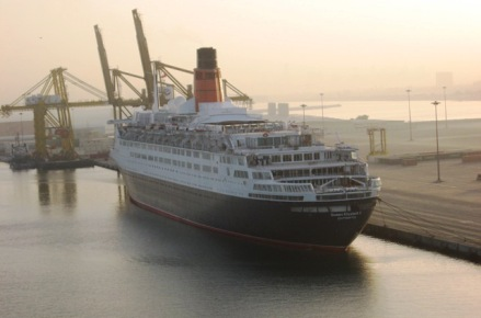 QE2 in layup in Dubai.